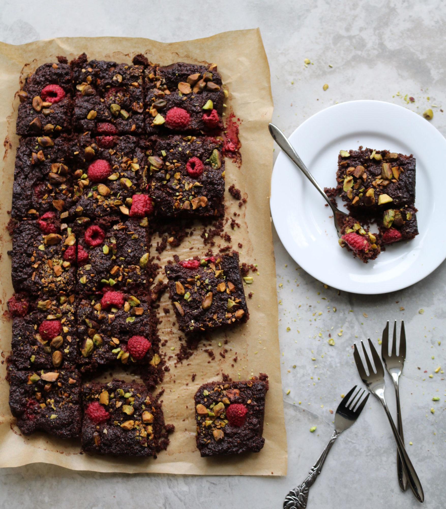 Brownies de chocolate, frambuesa y pistacho
