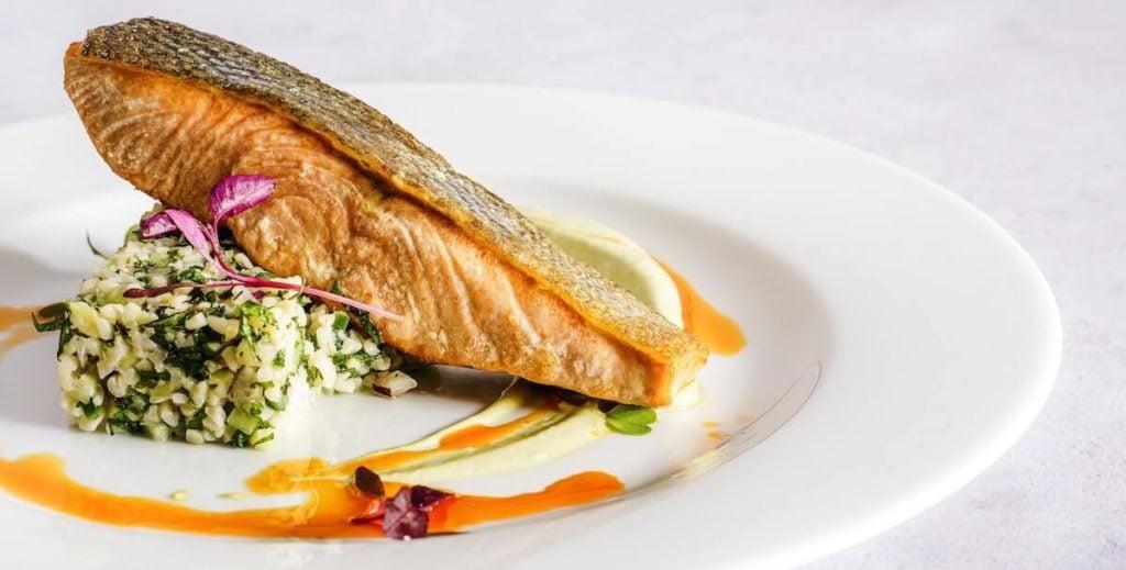 Delicioso salmón frito rico en omega 3