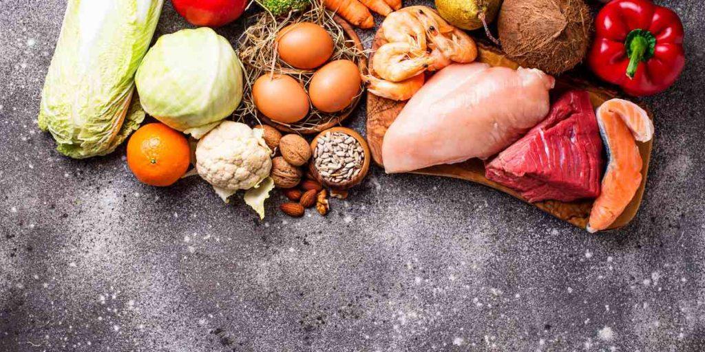 La principal diferencia entre las dietas paleo y keto es que la paleo permite algunos carbohidratos, como la fruta